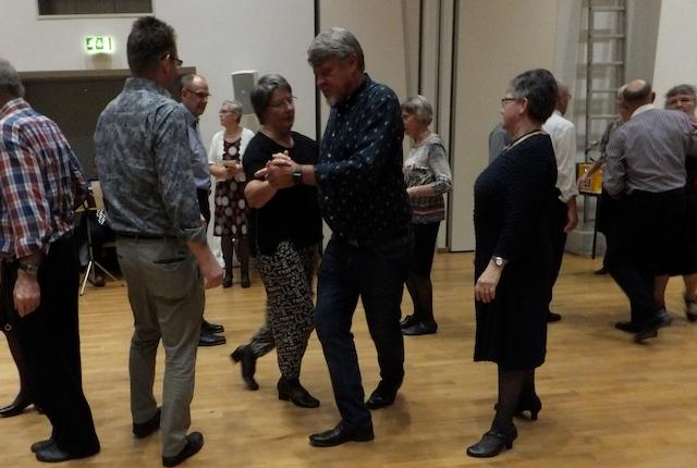 Den skaldede pædagog og dans til musik af Arne, Villy og Bjarne